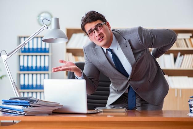 Geschäftsmann, der schmerz im büro glaubt