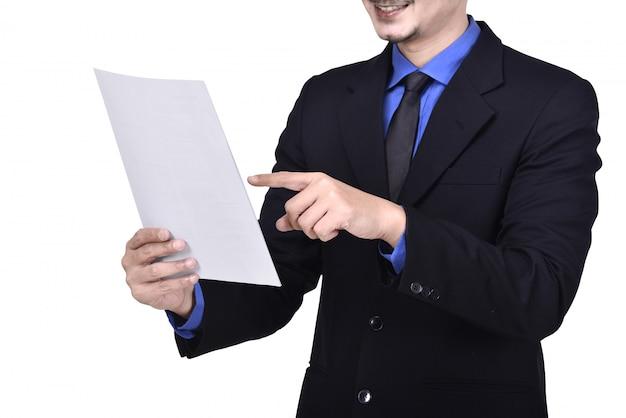 Geschäftsmann, der schreibarbeit hält