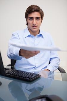Geschäftsmann, der schreibarbeit überreicht