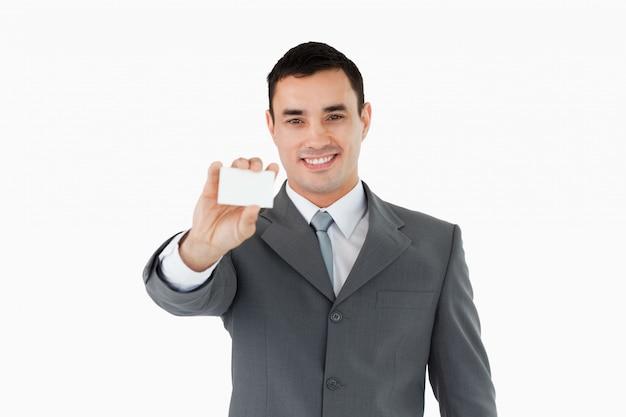 Geschäftsmann, der sein businesscard zeigt