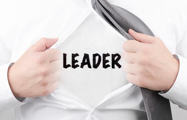 Geschäftsmann, der sein hemd mit text leader abreißt