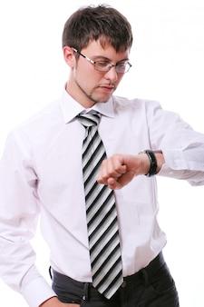 Geschäftsmann, der seine drahtuhren überprüft