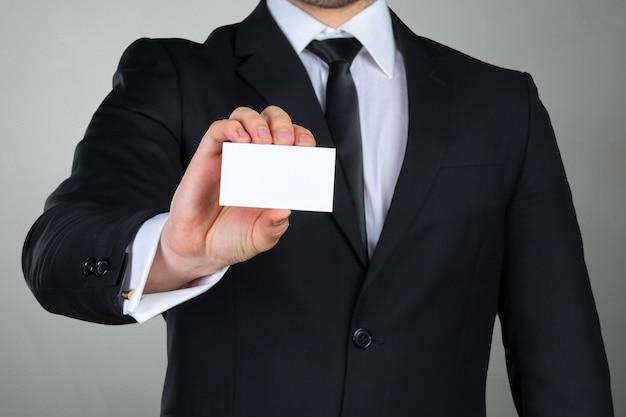Geschäftsmann, der seine visitenkarte zeigt
