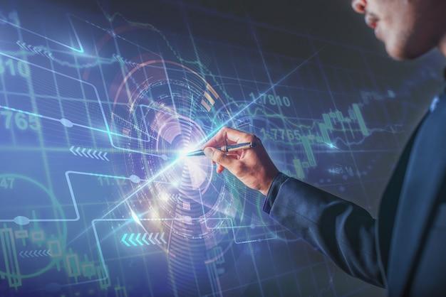 Geschäftsmann, der seine ziele auf das digitale design der börsentafel zeigt