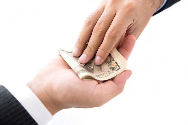 Geschäftsmann, der seinem partner geld, banknoten der japanischen yen gibt