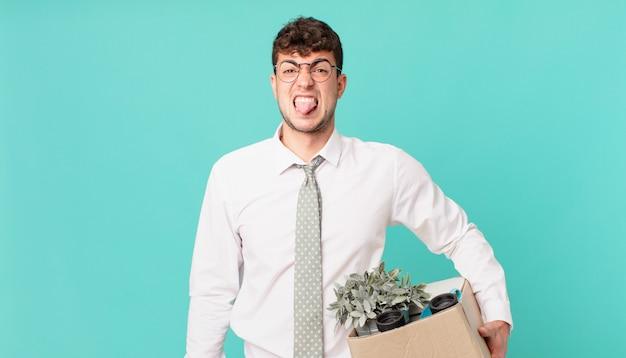 Geschäftsmann, der sich angewidert und irritiert fühlt, die zunge herausstreckt, etwas böses und ekelhaftes nicht mag. kündigungskonzept