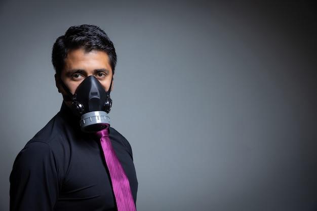 Geschäftsmann, der sich mit einer pandemiemaske vor dem coronavirus schützt
