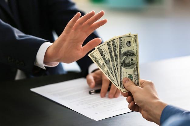 Geschäftsmann, der sich weigert, bestechungsgelder anzunehmen. korruptionskonzept