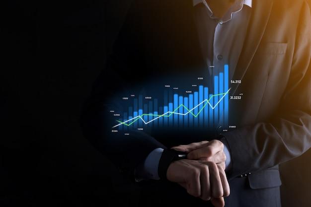 Geschäftsmann, der smartphone hält und holographische graphen und börsenstatistiken zeigt, gewinnen gewinne. konzept der wachstumsplanung und geschäftsstrategie. anzeige des digitalen bildschirms der guten wirtschaftlichkeit.