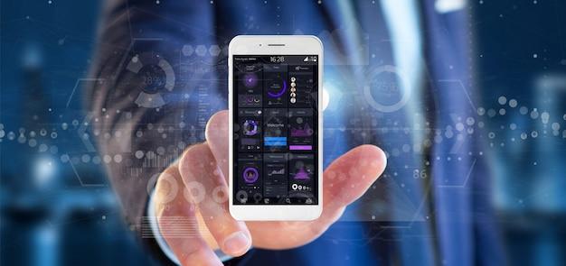 Geschäftsmann, der smartphone mit benutzerschnittstellendaten bezüglich des schirmes lokalisiert hält
