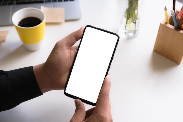 Geschäftsmann, der smartphone mit leerem bildschirm zeigt