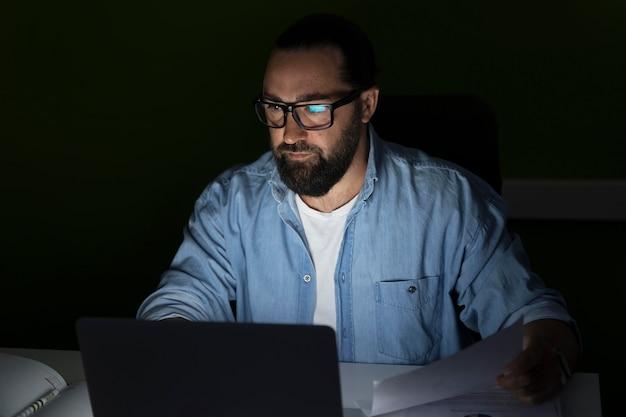 Geschäftsmann, der spät im büro arbeitet