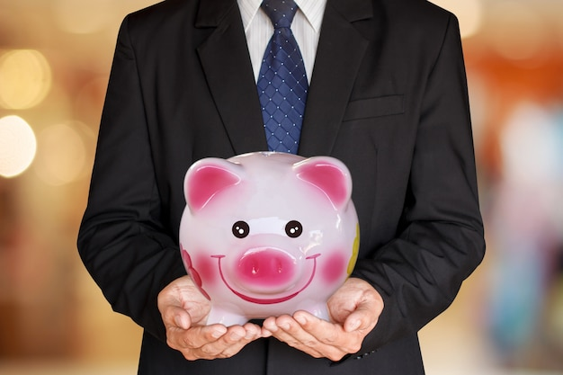 Geschäftsmann, der spareinlagenfinanzierung hält