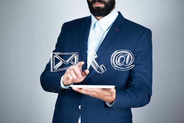 Geschäftsmann, der symbole für telefon berührt