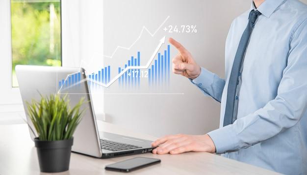 Geschäftsmann, der tablet hält und holografische grafiken und börsenstatistiken zeigt, gewinnt gewinne. konzept der wachstumsplanung und geschäftsstrategie. anzeige der guten wirtschaftlichkeit des digitalen bildschirms.