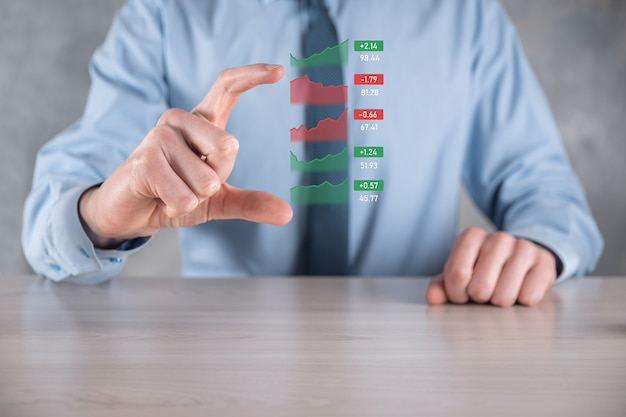 Geschäftsmann, der tablet- und analysebörse, währungsumtausch und bankwesen hält und ein wachsendes virtuelles hologramm von statistiken, grafiken und diagrammen, geschäftswachstum, planung und strategiekonzept zeigt.