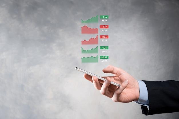 Geschäftsmann, der tablette hält, die verkaufsdaten und das diagramm des wirtschaftswachstums analysiert, geschäftsstrategie und -planung, digitales marketing und aktienmarkt.