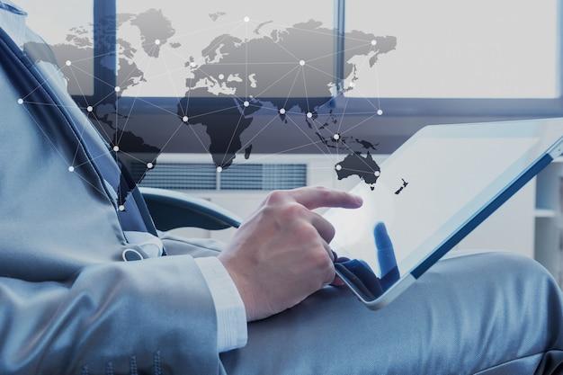 Geschäftsmann, der tablette mit social-media-technologie verwendet