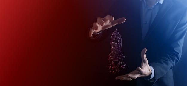 Geschäftsmann, der tablette und symbolrakete hält, startet und fliegt vom bildschirm mit netzwerkverbindung auf dunklem hintergrund heraus.