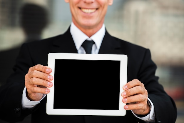 Geschäftsmann, der tablettenmodell hält