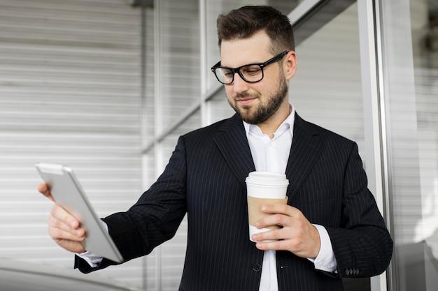 Geschäftsmann, der tag im büro genießt