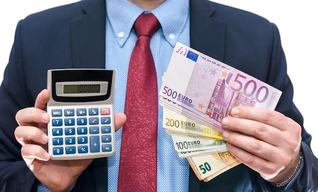 Geschäftsmann, der taschenrechner und euro-banknoten-nahaufnahme hält