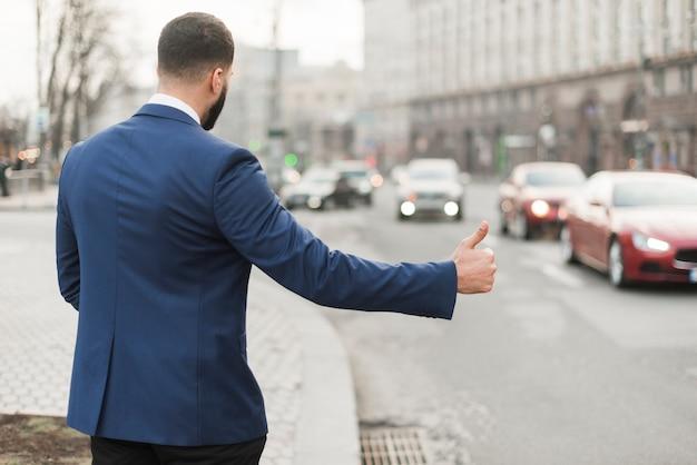 Geschäftsmann, der taxi krabbt