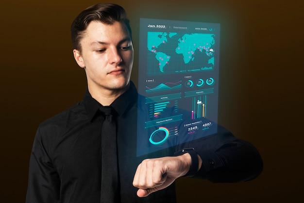 Geschäftsmann, der tragbares gerät der smartwatch-hologrammpräsentation verwendet