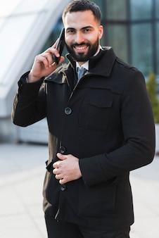 Geschäftsmann, der über telefon spricht