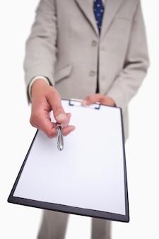 Geschäftsmann, der um unterschrift bittet