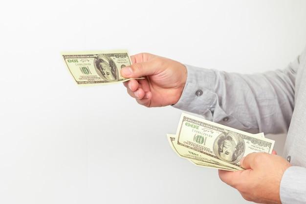 Geschäftsmann, der uns geldscheine nahaufnahme geld gibt.