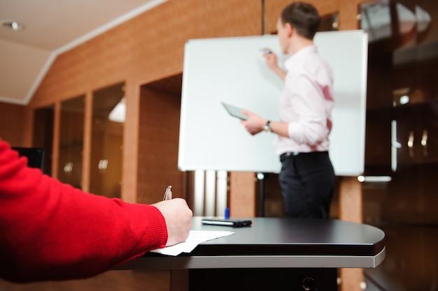 Geschäftsmann, der unternehmensplan mitarbeitern im büro erklärt.