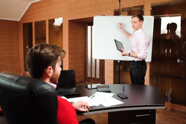 Geschäftsmann, der unternehmensplan mitarbeitern in der konferenz erklärt