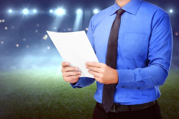 Geschäftsmann, der unternehmensplanung auf dem papier hält