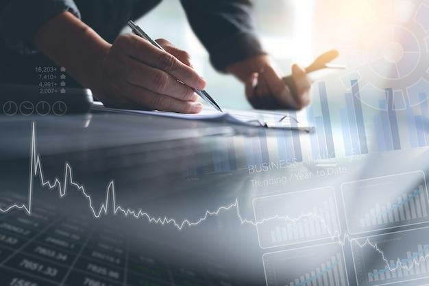 Geschäftsmann, der verkaufsdaten und marktbericht mit analyse-dashboard auf virtuellem bildschirm analysiert
