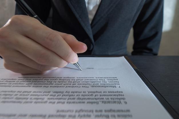 Geschäftsmann, der vertrag unterschreibt, geschäft erfolgreich.