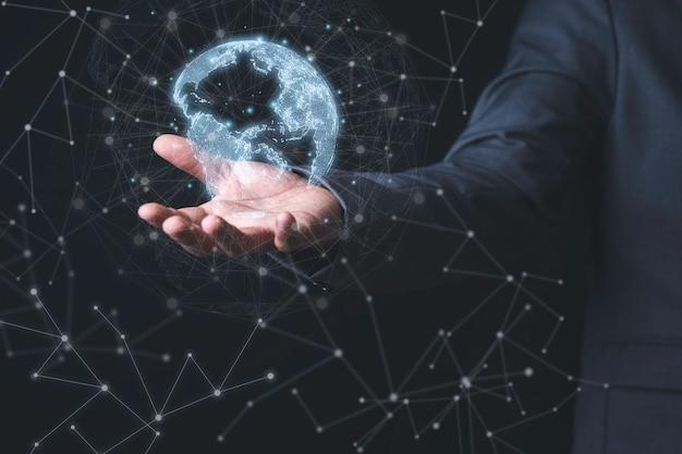 Geschäftsmann, der virtuelle welt mit verbindungslinie für globales netzwerk- und technologieverbindungskonzept hält.