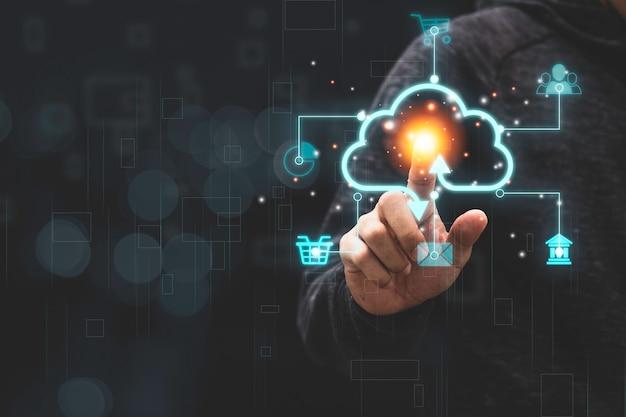 Geschäftsmann, der virtuelles cloud-computing mit symbol berührt, um daten zu übertragen