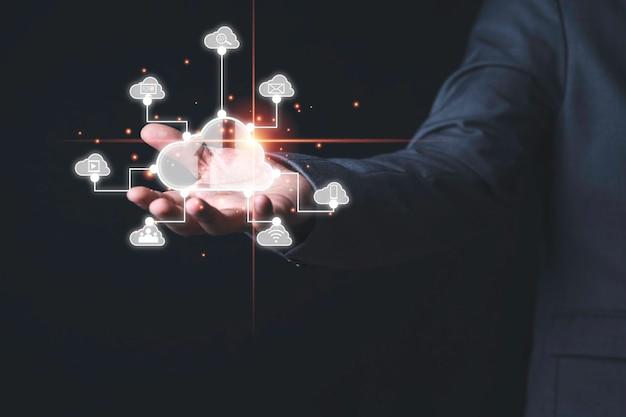 Geschäftsmann, der virtuelles cloud-computing mit verbindung zu technologieikonen, technologietransformation und verbindungsverbindungskonzept hält.