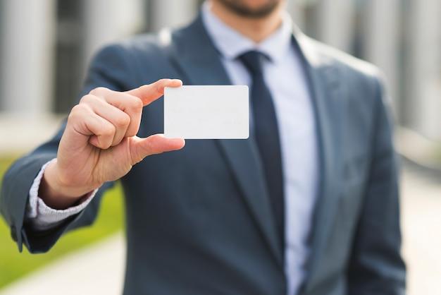 Geschäftsmann, der visitenkarte vorlegt