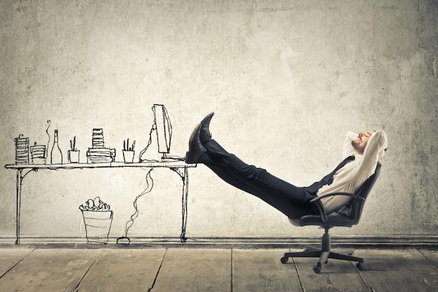 Geschäftsmann, der von einem büro träumt