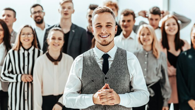 Geschäftsmann, der vor einer gruppe von verschiedenen jungen leuten steht