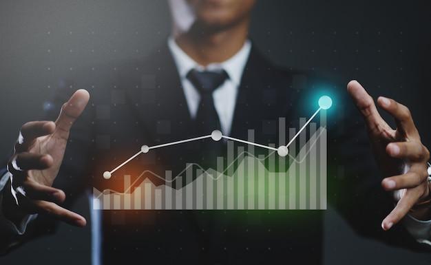 Geschäftsmann, der wachsendes statistik-finanzdiagramm erstellt