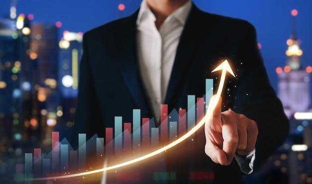 Geschäftsmann, der wachstumsgraph des geschäftsfortschritts zeigt und finanzinvestitionsdaten analysiert.