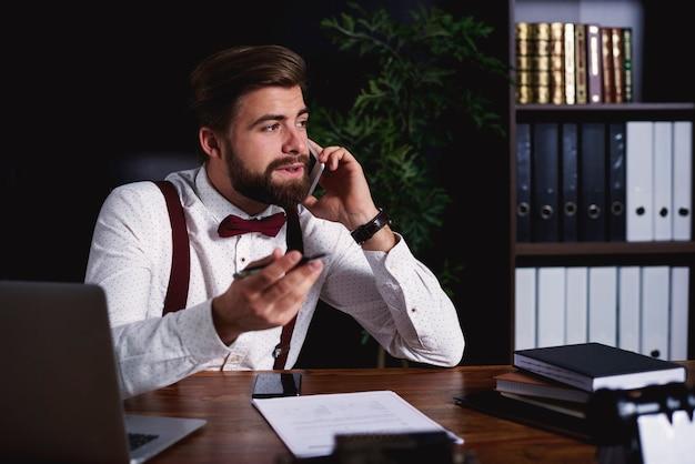 Geschäftsmann, der während des geschäftsanrufs um informationen bittet