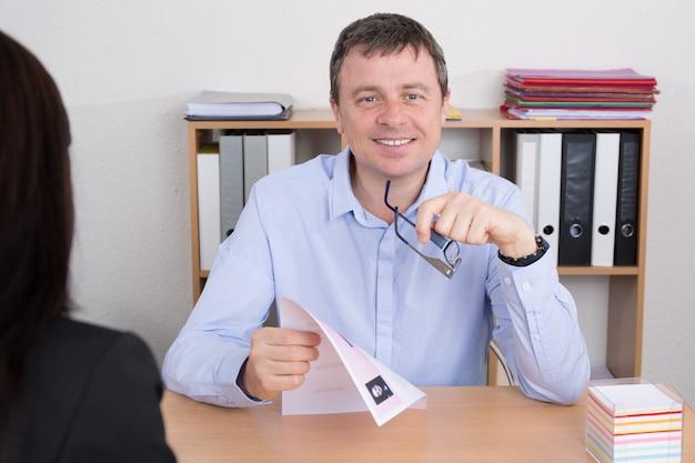 Geschäftsmann, der weiblichen bewerber im amt interviewt