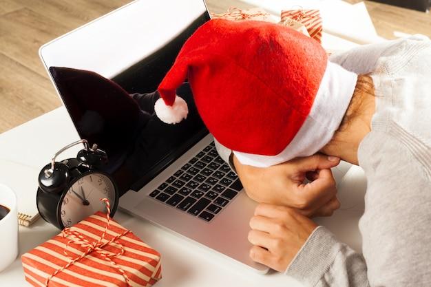 Geschäftsmann, der weihnachtsfeiertag im büro feiert