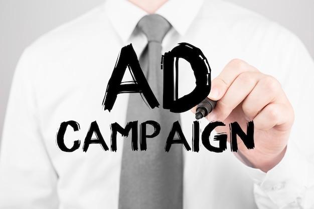 Geschäftsmann, der wort-anzeigenkampagne mit markierung, geschäftskonzept schreibt