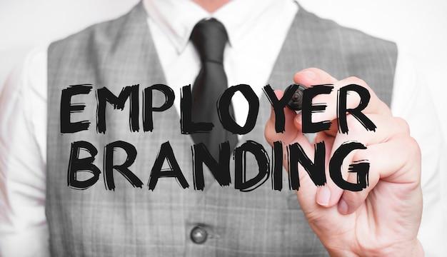Geschäftsmann, der wort employer branding mit marker schreibt