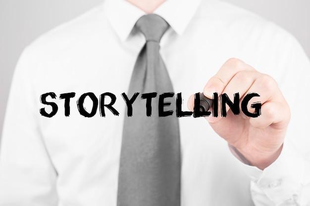 Geschäftsmann, der wort storytelling mit marker, geschäftskonzept schreibt